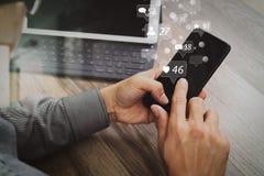 Räcka genom att använda mobila betalningar online-shopping, omnikanalen, symbolscus Royaltyfri Bild