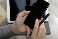 Räcka genom att använda mobila betalningar online-shopping, omnikanalen, symbolscus arkivfoto