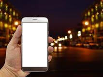 Räcka håll- och pekskärmsmartphonen på abstrakt bokehbackgrou Royaltyfri Bild