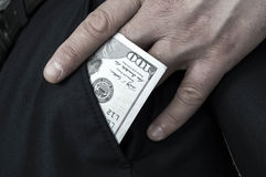 Räcka hållande $ 100, hållande dollar för hand Fotografering för Bildbyråer