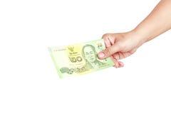 Räcka hållande thailändska pengar som isoleras på vit bakgrund Royaltyfria Bilder