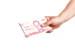 Räcka hållande thailändska pengar som isoleras på vit bakgrund Fotografering för Bildbyråer