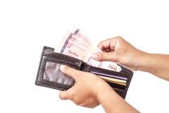 Räcka hållande thailändska pengar som isoleras på vit bakgrund Arkivfoto