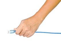 Räcka hållande USB kabel som isoleras på vit bakgrund royaltyfri bild