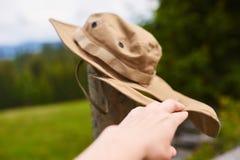 Räcka hållen den turist- hatten som fladdrar i vinden Arkivfoton
