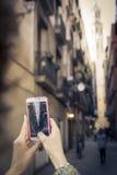 Räcka hållen en smartphone och gör ett foto med Santa Maria del Mar Cathedral i Barcelona, Spanien Fotografering för Bildbyråer