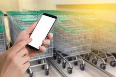 Räcka hållen smartphonen för den tomma skärmen, minnestavlan, mobiltelefon på blurr Royaltyfri Bild