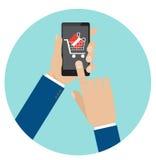 Räcka hållsmartphonen med vagns- och gåvaasken på den Royaltyfri Fotografi