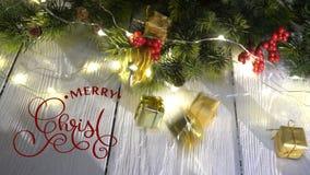 Räcka handstil vit för animeringkalligrafi för glad jul text för bokstäver på vit träbakgrund med gåvor och arkivfilmer