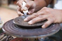 Räcka hantverkkrukmakeri thai stil på kohkretön Thailand Royaltyfri Fotografi