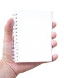 Räcka innehav den tomma anteckningsboken Royaltyfria Foton