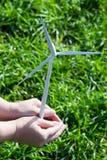 Räcka innehav lindar turbinen royaltyfri foto