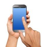 Räcka innehav som ett stort avskärmer Smartphone med tomt avskärmer Arkivbilder