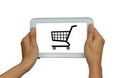 Räcka innehavet isolerade vita minnestavlan med online-shoppingbegrepp Arkivfoton