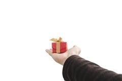 Räcka innehavet som ger eller mottar gåvaasken som isoleras på vit bakgrund fotografering för bildbyråer