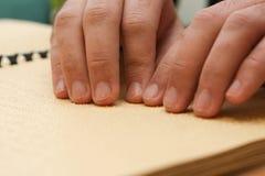 Räcka läsning i braille Royaltyfri Bild