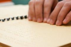 Räcka läsning i braille Royaltyfria Foton