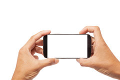 Räcka manliga asiatiska hållande Smartphone med den tomma skärmen på vita lodisar fotografering för bildbyråer