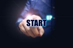 Räcka mannen som pekar den faktiska bokstaven start-up text med affär Arkivbilder