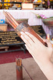 Räcka med cast lottförmögenhet av det kinesiska tempelet arkivfoton