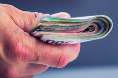 Räcka med pengar Arkivbild