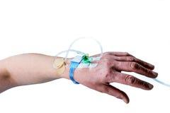 Räcka och armen av patienten med iv-behandling på vit bakgrund royaltyfri bild