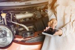 Räcka press på mobilen eller smartphonen, bruten ner bakgrund för bil Arkivbilder