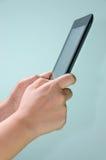 Räcka pressar avskärmer på den digitala tableten Royaltyfria Foton