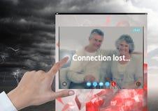Räcka rörande anslutning den borttappade stormen för social video pratstundApp-manöverenhet royaltyfria foton