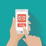 Räcka rörande ilar telefonen med Emailsymbol på Arkivfoto