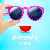 Räcka rosa exponeringsglas för hållande sommar med palmträdsikt och waterme Arkivfoto