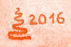 Räcka skriftlig 2016 och göra sammandrag xmas-trädet på snö nytt år för 2d för kortjuldator diagram för designe Arkivfoto