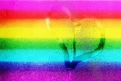 Räcka teckningshjärta på det våta fönsterexponeringsglaset Royaltyfria Foton