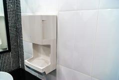 Räcka torken på den keramiska väggen, hygieniskt och tekniskt avancerat av arkivfoton