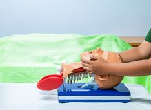 Räcka utbildning med den head medicinska attrappen på CPR, i nöd- refresher till hjälp av läkaren fotografering för bildbyråer