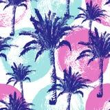 Räcka utdragna palmträd den sömlösa modellen som isoleras på färgpulverbakgrund Exotisk moderiktig bakgrund med den tropiska koko Royaltyfri Foto