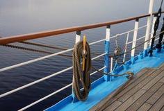 Räcke av ett stort segla skepp royaltyfria bilder