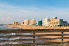 Räcke av Virginia Beach Oceanfront Fishing Pier med hotell Royaltyfri Foto