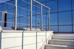 räcke för trappa för skuggor för reflex för exponeringsglasfönster fotografering för bildbyråer