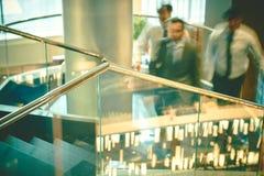 Räcke i korridor av affärsmitten Arkivbild
