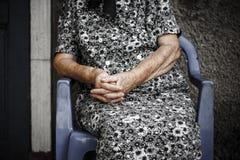 Räcker av den gammala kvinnan Fotografering för Bildbyråer