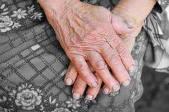 Räcker av den gammala kvinnan - 85 år åldras Arkivbild