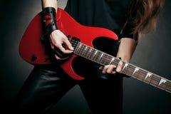 Räcker av gitarrist royaltyfria bilder