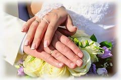 Räcker av nygift person Royaltyfri Fotografi