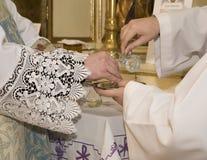 Räcker av präst vid samlas Arkivfoto