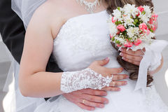 Räcker brudgummen och bruden med vigselringar Arkivbild