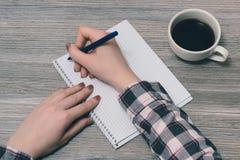 Räcker det övre siktsfotoet för det över huvudet bästa slutet av tonåring` s den hållande pennan som tänker över intressant essä  arkivfoton