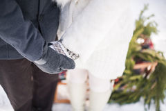 Räcker det förälskade innehavet för par yttersidan på snöig dag för vinter Arkivbilder