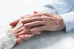 Räcker gamla människor innehav Arkivbild