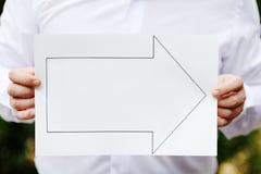 Räcker innehav en underteckna som indikerar rätt riktning Fotografering för Bildbyråer
